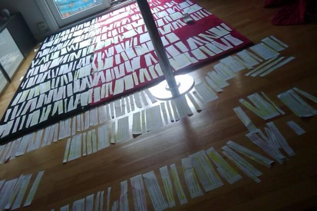 457 udklippede sedler fra transskriberede noter på mit stuegulv.